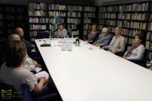 osoby uczestniczące wspotkaniu, antresola wdużej sali biblioteki