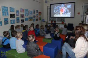 Ferie zimowe wwiślańskiej bibliotece - czytanie naśniadanie.