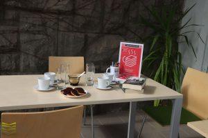 DKK - stolik zkawą iciasteczkami